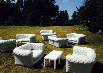 piepūšamie dīvāni pļavā